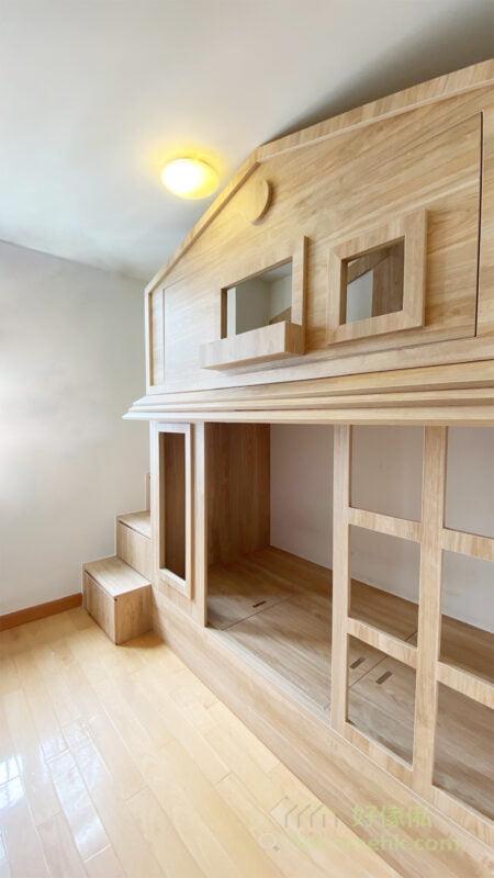 屋仔床分成上下兩層,整張床統一地用了淺原木色及木紋設計,將大自然的感覺引入屋內,睡在屋仔床有種置身森林裡的感覺