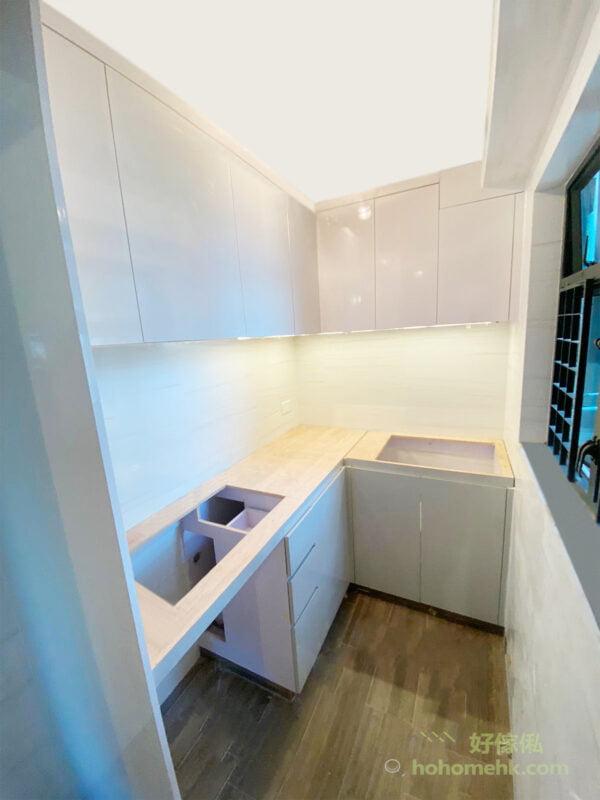 全隱蔽式的收納,可以減低廚具、餐具、瓶瓶罐罐和食材的包裝被油煙沾污,只需要定期清潔廚櫃櫃門就可以了