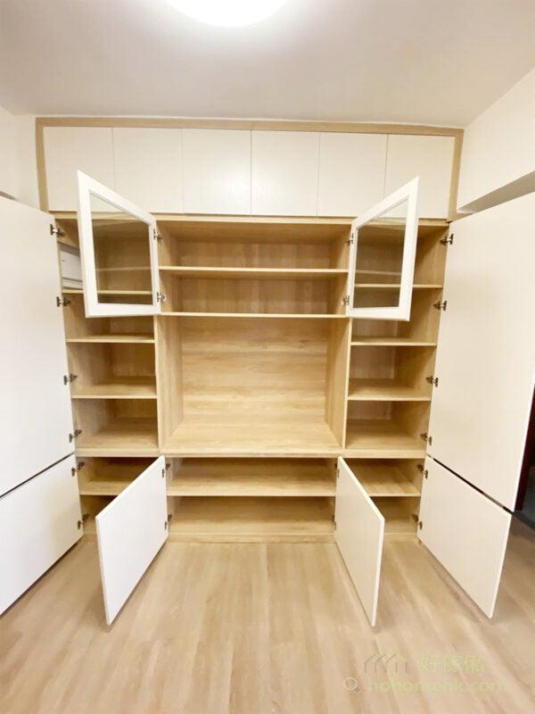 設計訂造的傢俬時,可以在背板或側板預留開口位置,將電箱完美嵌入電視櫃內