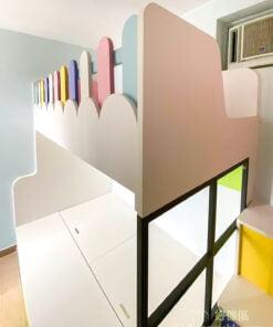 下格床靠樓梯櫃那邊,以屋仔窗框代替普通的床板,增添趣味同時讓下格床更通透