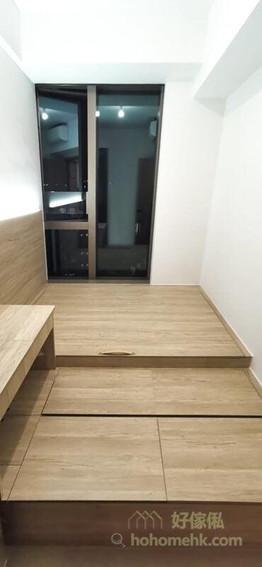 為避免「橫樑壓頂」會令人睡得不舒服或有風水上的衝突,建議樑底做床尾,而床頭盡量避開有樑柱的位置