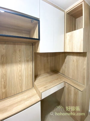 客廳玄關櫃/鞋櫃/衣櫃/儲物櫃/電視櫃/書枱/書櫃, 與電視櫃相連的是L形書枱連書櫃,主要的儲物空間集中在上方的吊櫃,以白色亮面櫃門及開放式層板打造明亮、輕盈的視覺效果