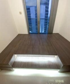 利用深色板材做地台的好處是耐髒,長時間被踩著都不會顯得殘舊