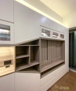 佔據一整面牆的客廳櫃,包括玄關櫃和電視櫃兩大功能,由開放式層架、玻璃飾櫃、中空位置及掩門櫃組成,各種大小和形式的間隔超過三十個,絕對是甚麼都裝得下