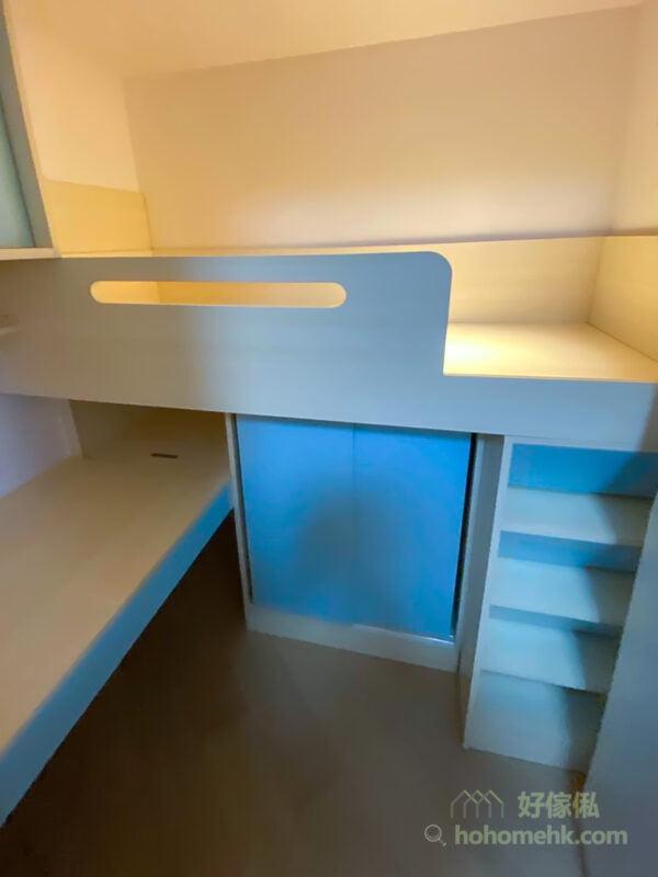 米白楓木紋做全房傢俬的主調,配上粉藍櫃門與櫃桶面板,在溫暖柔和的燈光配襯下,有點像黃昏下的希臘小白屋風景,滲透著自在舒暢的感覺