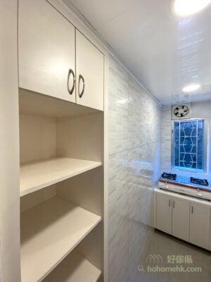 金屬拉手的施力點更好,而且一眼就看得見拉手位置,一邊煮飯一邊開廚櫃門都毫不費力,更適合年長人士使用。