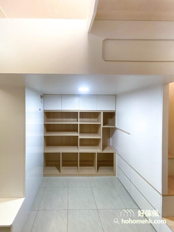 在閣樓底加入一整面格子櫃,可以讓屋主展示自己的收藏品,從客廳望過去就成為了一幅有趣而優美的風景,點綴整個空間