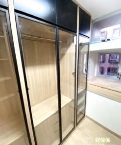 衣帽間的衣櫃以可透視的玻璃當作櫃門,搭配簡潔俐落的黑色線條與低調的鋁條質感,穿透式設計能擴大空間感,也能阻擋灰塵