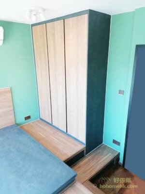 暗抽拉手櫃門造型,貫徹睡房的簡約風格,櫃門與櫃身選擇不同的板材紋理和顏色,令暗抽拉手的邊界形成簡約線條的花紋