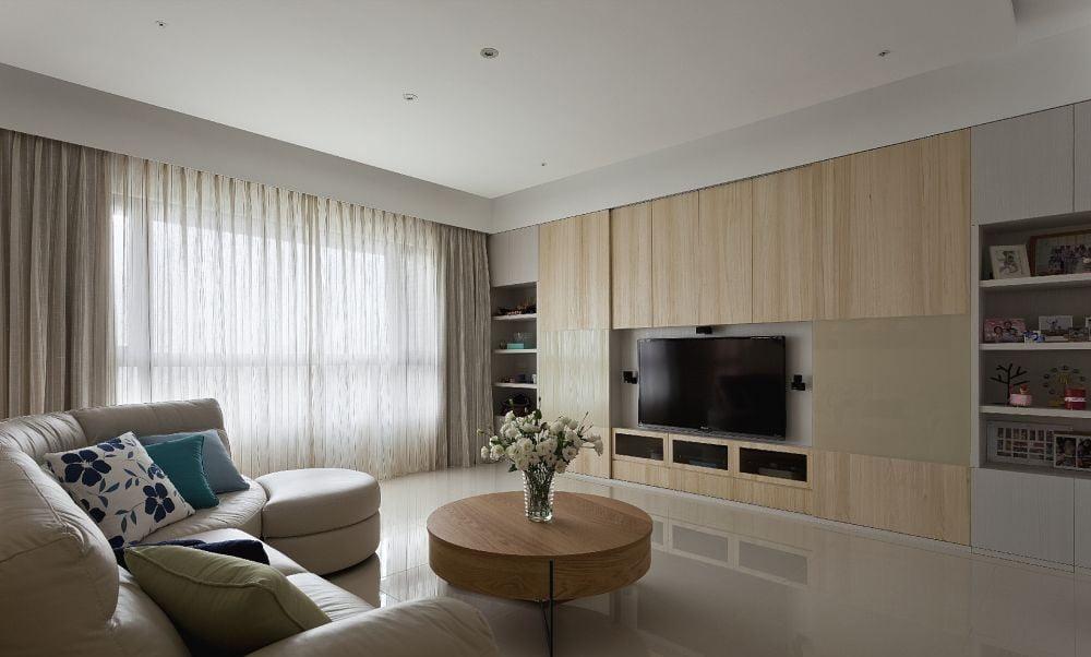 如果客廳牆身是淺色系,例如白色、米色、淺灰色等,搭配上一個原木色的電視櫃,整個空間就會顯得更加輕鬆自然而又有氣質