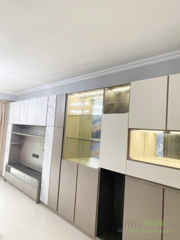 想要簡約風格的客廳,又想要大量收納空間,可以用簡約的櫃門把收納空間隱藏起來