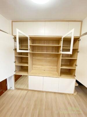 利用與牆身相同的暖白色打造電視櫃的櫃門,不僅可遮掉雜亂,亦減輕電視櫃的壓迫感