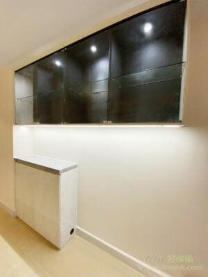 可將玄關櫃拆分成上下兩段,中間採鏤空設計;也可運用吊櫃搭配矮鞋櫃的方法,創造出好用的枱面空間