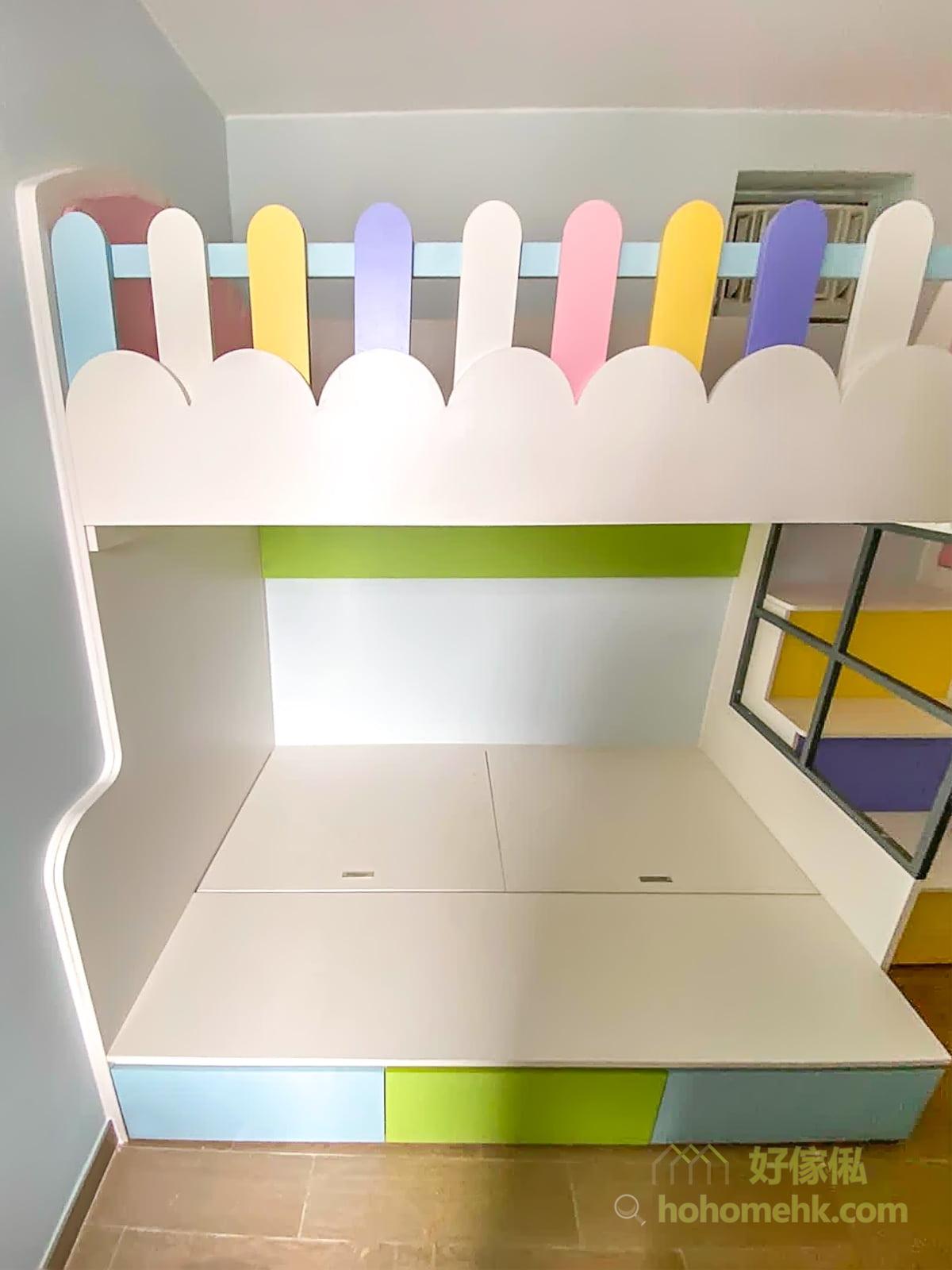 上格床的圍欄拼湊粉紅、粉藍、黃、白和紫色五種顏色,色彩繽紛之餘又不會過份鮮豔搶眼,維持睡房的溫馨舒適