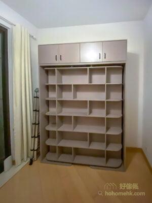 變形書架床, 一整面高身書櫃可以擺放很多書籍和裝飾,如果配合收納籃使用可以收納更多日用品
