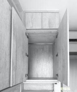 將「一體成形」的概念套用在床頭櫃身上,將床頭櫃的功能連結到書枱及化妝枱上,讓一個平面同時兼任多種功能,成為外型俐落的多功能傢俬
