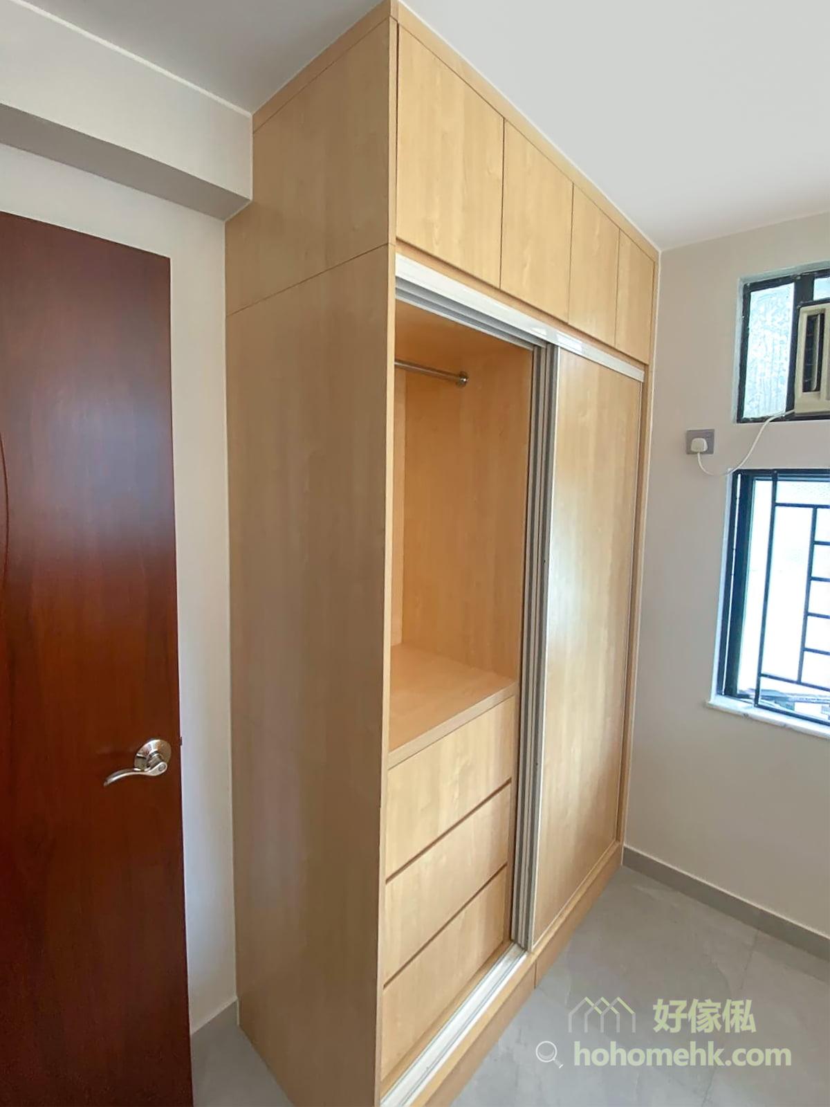 趟門設計不用預留衣櫃前方的空間作櫃門開關之用,對於小空間尤其有用