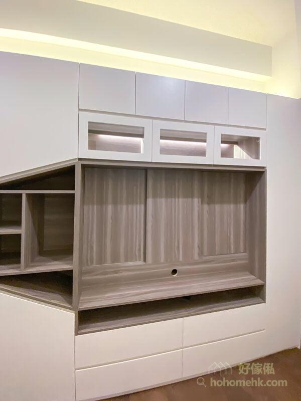 人人都有些漂亮的收藏品和擺設,將它們納入客廳櫃成為裝飾,能夠為整個空間增添華麗感。在大型的儲物櫃中,加入玻璃飾櫃的間隔,借著玻璃的通透感,讓櫃體更華麗