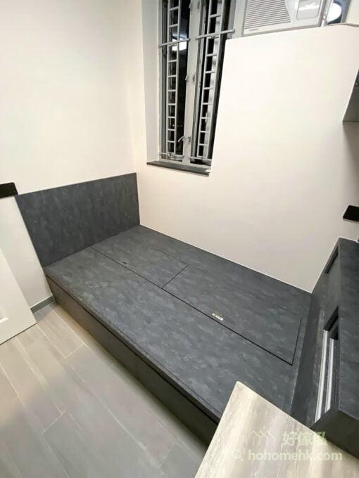 地台床與床尾儲物櫃的黑色元素能讓睡房充滿神秘和沉靜的氛圍,而炭黑色石紋比純黑平易近人,多了一份溫柔的感覺,讓人一進入到這個空間,馬上能感受到沉穩和帥氣的感覺