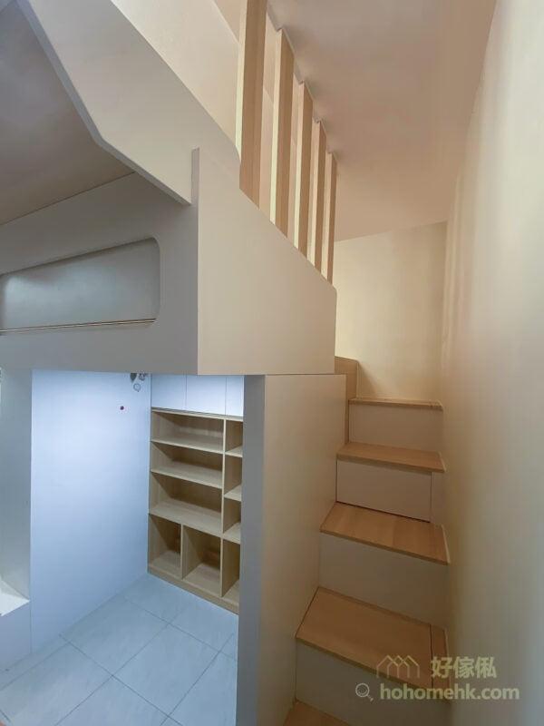 在閣樓與樓梯櫃中間以條子屏風作分隔,營造了溫暖優雅的氣氛,而且上樓梯時可以當成扶手用,簡約又實用
