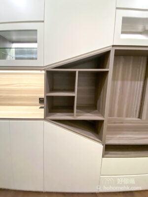 純白色的櫃門是最沒有壓迫感的顏色,但全個牆面都是白色櫃門有些人會略嫌單調,這個時候可以利用斜邊設計,加入斜形層格及斜邊櫃門,在平凡中注入不平凡