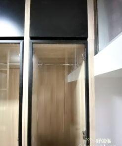 衣櫃最上方到天花板的空間正是放換季衣物或是行李箱的好地方,隱蔽式收納方式可以把不想被看到的換季衣物輕鬆地藏起來,維持房間的整潔