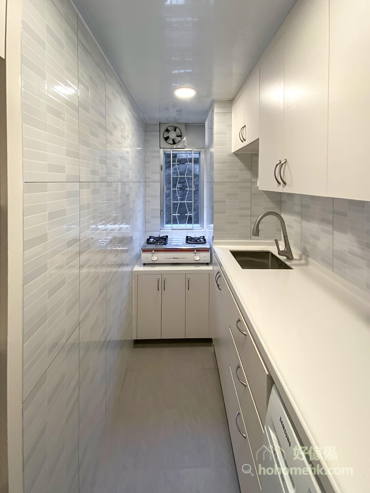 廚房檯面下方的儲物櫃,最好有掩門櫃和抽屜兩種收納方式,擺放不同的廚具