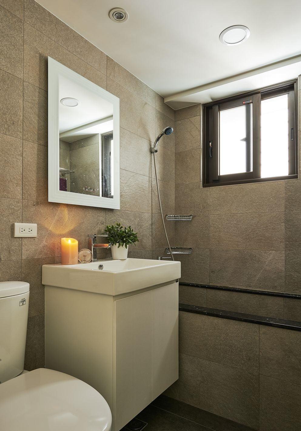 在浴室櫃枱面擺放綠色植物,不單具有除味吸潮的作用,又有美化裝飾的效果,為整個空間注入生氣