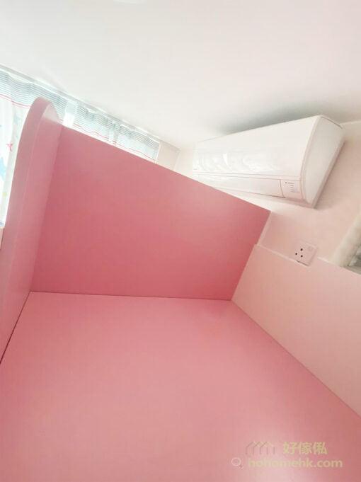 上格床的圍欄採用加高的設計,小孩在床上玩樂和睡覺都會更加安全