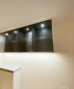 在玄關設計中加入玻璃櫃,能保留空間的通透度,又能用不同的材質拼湊出特別的空格風格