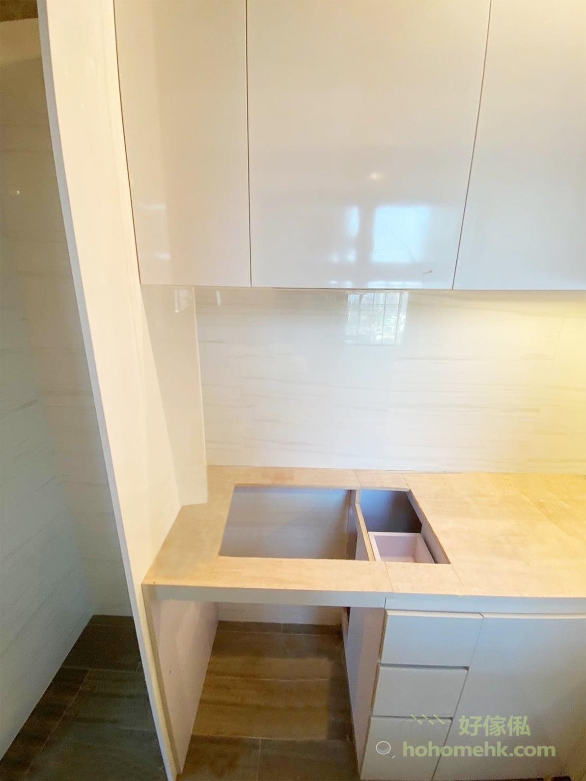 光面的廚櫃櫃門,容易打理,用抹布清潔便可;淺灰色櫃門有放大視覺空間的效果,但又不會過份刺眼,充滿現代感