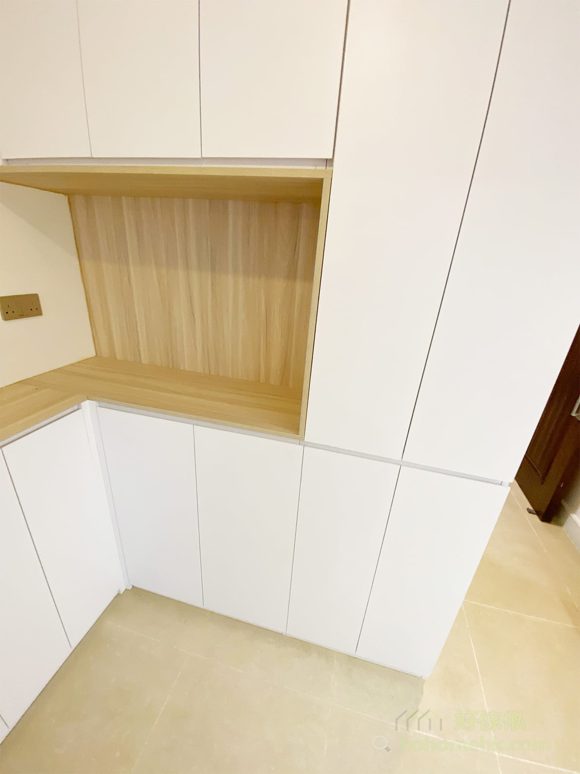 櫃身落地但櫃門不落地的款式,利用櫃門厚度與櫃身之間的差距,做到一條微凹的腳線,因視線水平向下望只會看見櫃門,而看不見凹進去的櫃身,可使櫃身變得輕盈