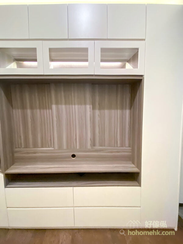 在背板及層架位置加入深色的元素去呼應深色的地板,這樣可以在風格的融合和空間感之間找到平衡