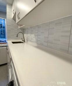 狹長型的廚房,採光通常都不太好,用白色作為廚櫃的主色調,廚房顯得光猛,有放大空間的效果,空間感更好。