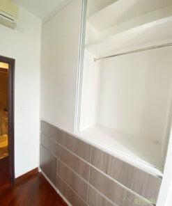 在伸手可觸及的高度,約莫衣櫃離地1.8-2米的位置作為掛衣區是最合適的