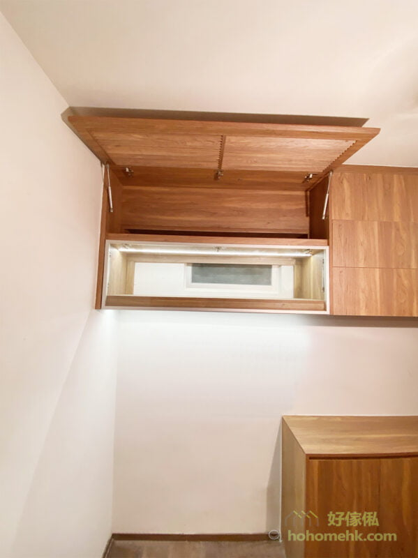 為了讓飯廳的空間顯得更俐落,連冷氣機都可以收進吊櫃裡,通透的百葉櫃門不只令冷氣可以吹出來,襯在吊櫃中亦形成別緻的畫面