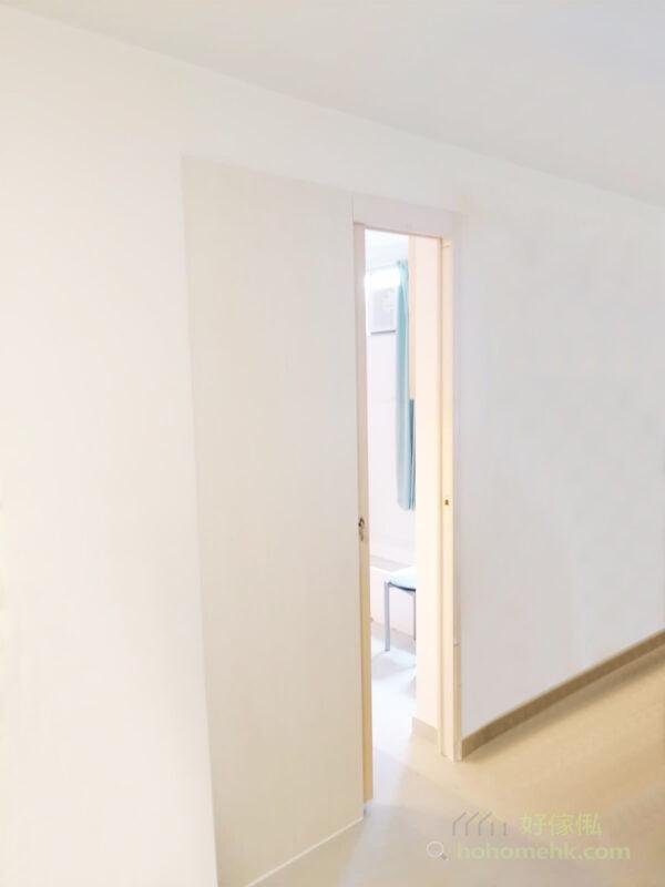 吊趟門向橫打開,較傳統的掩門慳位,不用佔據寶貴的平面空間,令空間更見實用