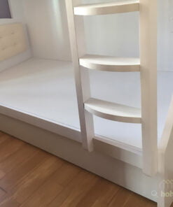考慮到女生的力量與身手的敏捷度未必有男生那麼好,所以碌架床的爬梯特別用上加闊的半圓梯級,為腳板提供更好的支撐點,讓女生使用爬梯時會更輕鬆和舒適。