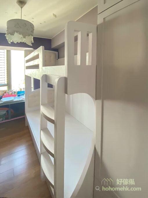 歐式風格的碌架床加入了大量弧型線條,包括床頭板及爬梯梯級的形狀,下格床床尾和床邊小窗的造型都由不同的弧線組成