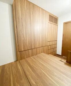 全房都用了咖啡色木紋作為空間的定調。咖啡色是屬於秋天的顏色,借用單色設計將沉穩、簡單、安靜的秋天氛圍帶進睡房空間,讓睡房滲透著秋意涼爽的中性感覺。