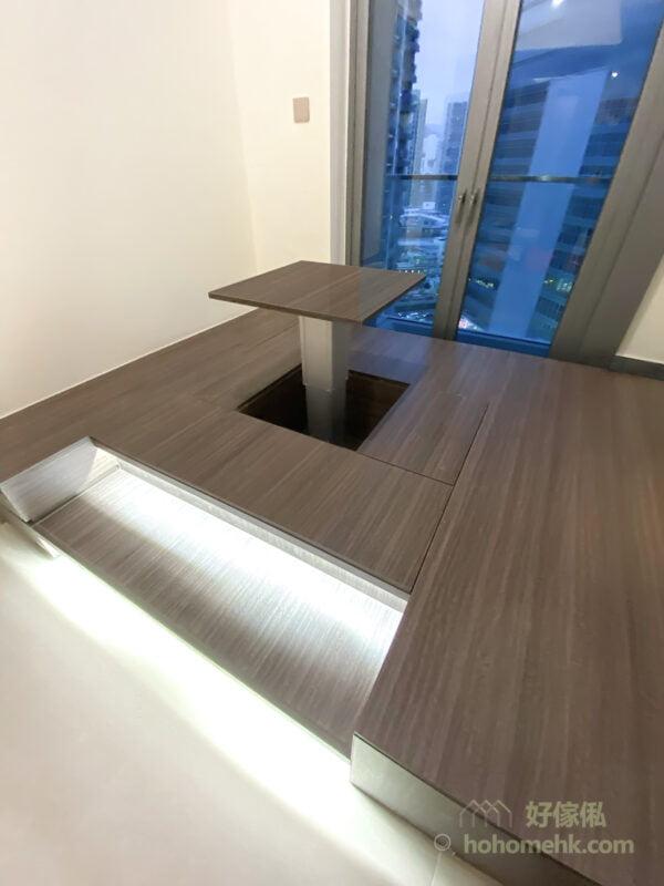 地台的樓梯邊緣加裝燈帶,為空間營造氣氛之餘,亦可以讓樓梯變得更顯眼,便不易絆倒