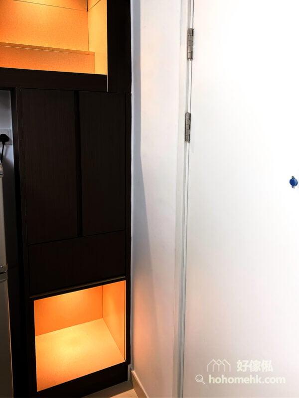 以深木色作為神台櫃的設計,有沉穩的格調,上下開放式格櫃裝上暖光燈,營造溫暖柔和的氣氛,也讓供奉的神明有個更舒適的家