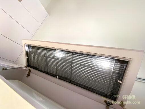 把冷氣機藏在吊櫃裡, 櫃門設有獨立隔塵網, 雙重保護