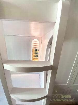 在碌架床側訂造了一道小窗戶造型,拉上窗簾時,像是小屋的窗戶,拉上窗簾時又可以有部份採光功能