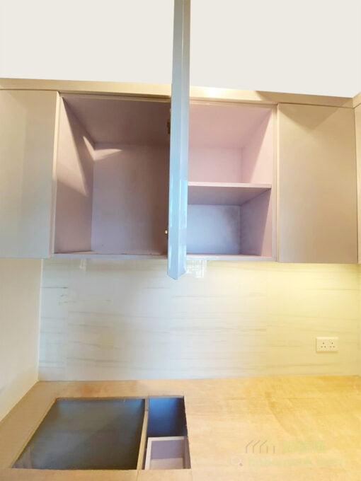 在廚房混合不同大小的儲物櫃與抽屜,以及不同層高的層板設計,可以配合不同物品的收納需要,讓它們都可以整整齊齊地排列,能夠善用儲物空間同時使用時會更方便