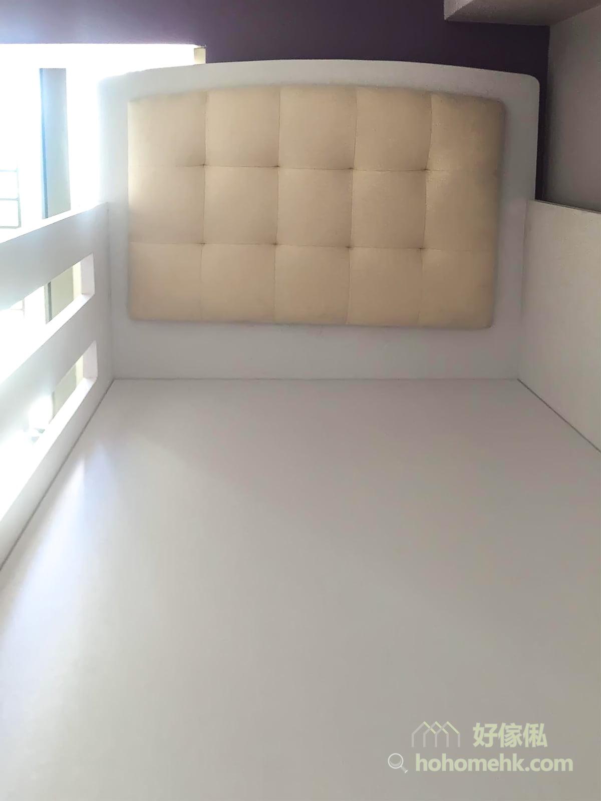 為了打造歐式公主風的睡房,上下格床均採用了米黃色的鈕扣式方格紋床頭軟包,有種簡約的華麗感