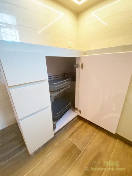 在廚櫃角落加裝轉角拉籃五金,整個拉籃可以完全拉出來,飛碟形設計轉出來不會卡住櫃門,即使收到最入面的物品都可以輕鬆取出