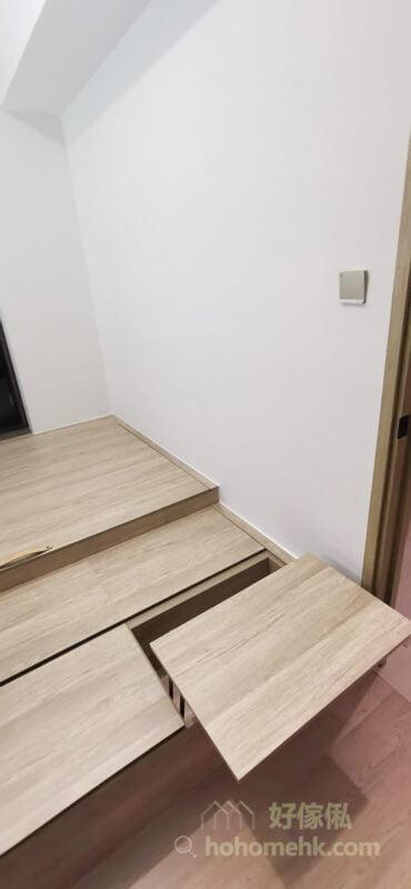 半地台設計讓地台也能成為睡房內的坐椅,你只需要一張伸縮枱,就可以用來工作、吃下午茶,甚至放部平板電腦已經可以輕鬆煲劇