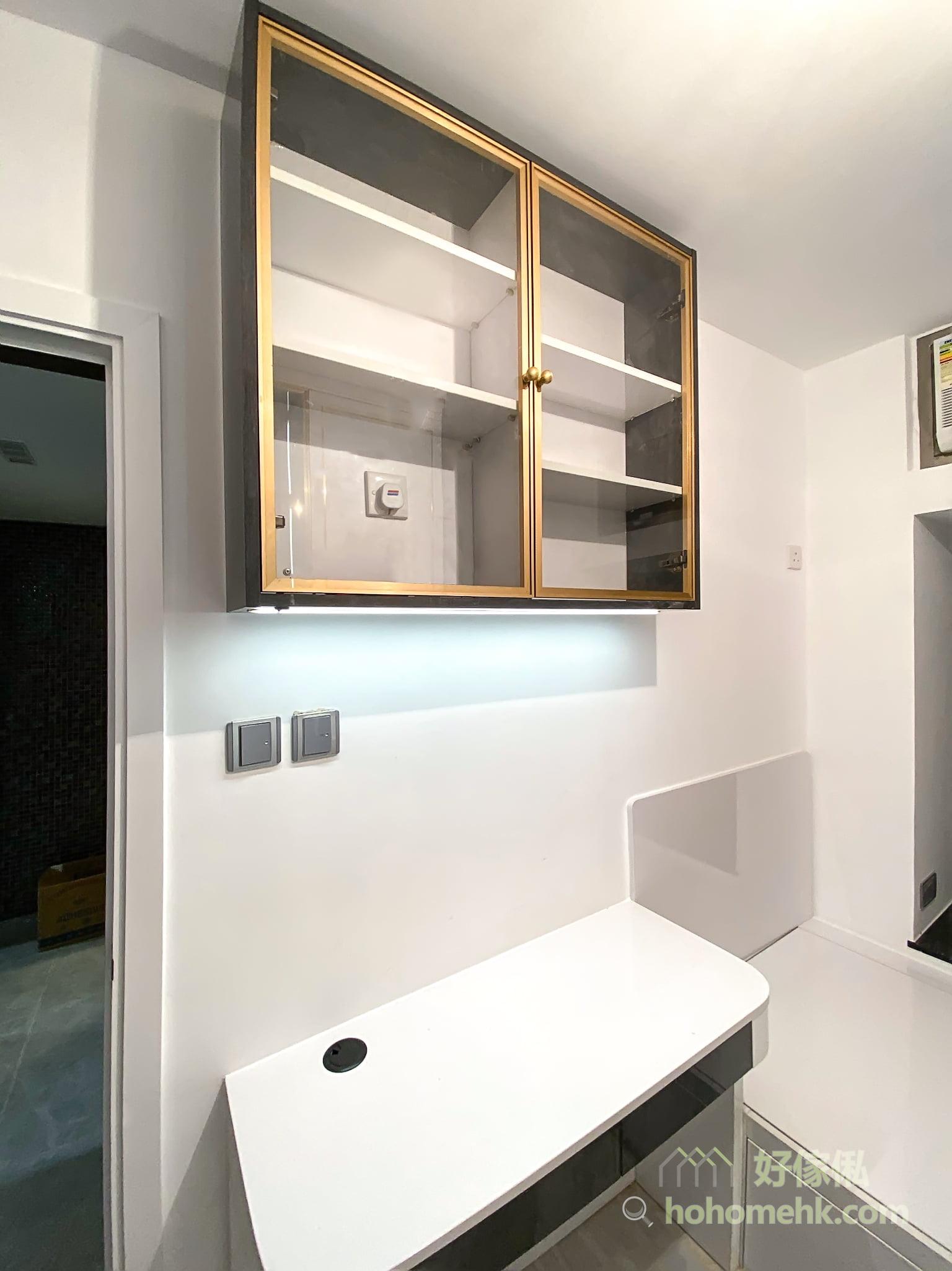 睡房的玻璃飾櫃櫃門配上金屬框,以及在衣櫃門用上細線條的金屬拉手和飾條,在大面積的黑、白面上更顯氣質和層次感