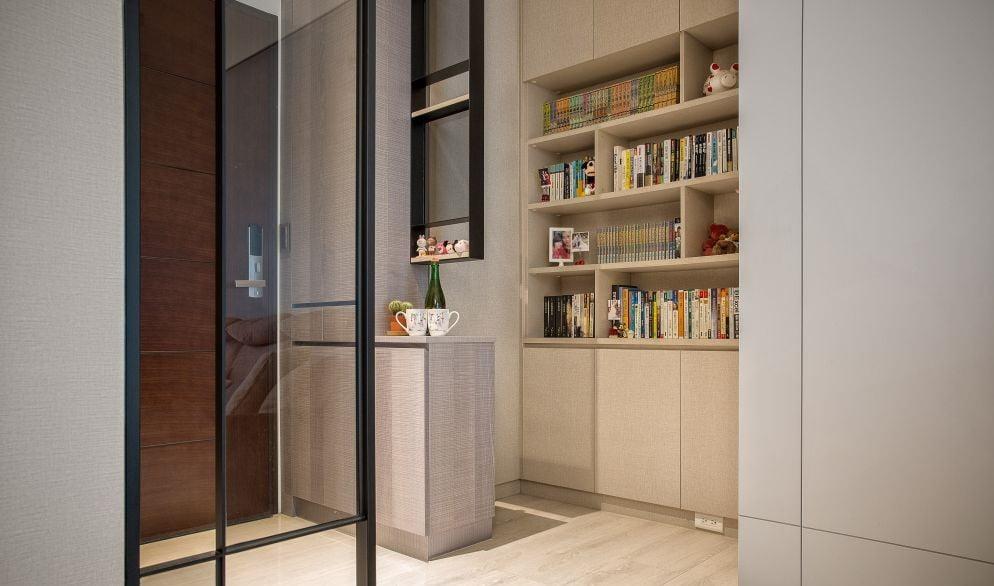 開放式層架取放物品是最方便的,但如果你自問是個懶執屋的人,最好還是將書櫃的部份位置改成隱閉式收納,用櫃門遮掉雜亂